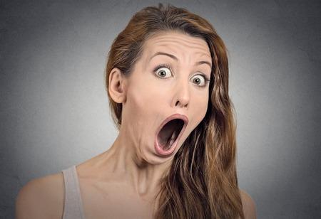 boca abierta: Sorpresa de la mujer sorprendida. Mujer Retrato de detalle que parece sorprendida en plena incredulidad boca abierta aislado fondo gris de la pared. Positivo emoción humana expresión facial lenguaje corporal. Funny girl