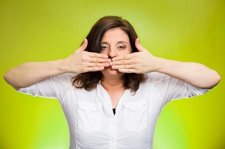 boca cerrada: Retrato del primer de la mujer cubierta de mediana edad cerr� la boca. No hables mal concepto, aislado fondo verde. Expresiones negativas emoci�n humana faciales, signo, s�mbolo. Medios de prensa encubrimiento, la censura Foto de archivo