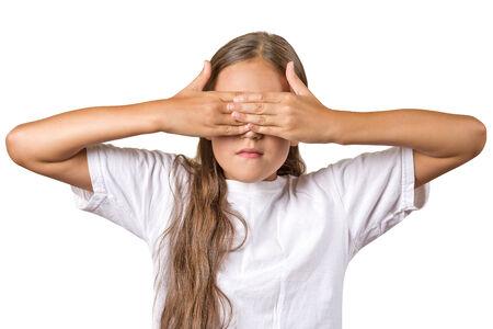 honestidad: Retrato joven chica adolescente cerrando los ojos con las manos que cubren no puede ver la clandestinidad aislado fondo blanco. No ver ning�n concepto mal giro indebido en el bien. La emoci�n humana expresi�n facial sentimiento reacci�n Foto de archivo