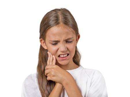 Close-up portret headshot tienermeisje met gevoelige kiespijn, kroon probleem raken buiten de mond met de hand geïsoleerde witte achtergrond. Negatieve menselijke emotie, gezichtsuitdrukking gevoel reactie Stockfoto