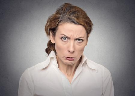 灰色の背景の肖像画怒っている女性