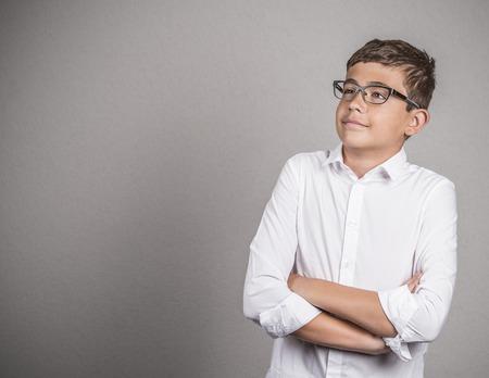 teenager thinking: Retrato feliz so�ar despierto pensamiento adolescente conf�a en que mira hacia arriba aislados fondo gris de la pared con copia espacio. Foto de archivo