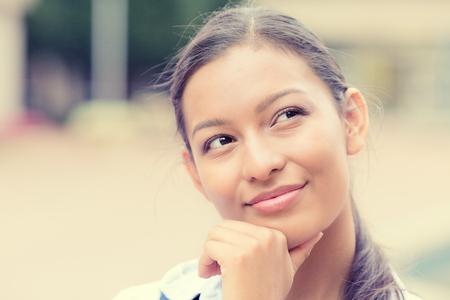 chica pensando: Retrato del primer tiro en la cabeza encantadora alegre sonriente mujer de negocios feliz mirando hacia arriba so�ar despierto futuro bonito pensamiento aislado fondo exterior.