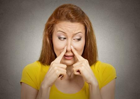 pied jeune fille: Gros plan portrait de femme de headshot pince le nez avec les doigts des mains regarde avec d�go�t loin quelque chose pue mauvaise situation odeur mur gris isol� fond. Expression du visage humain r�action de langage du corps Banque d'images