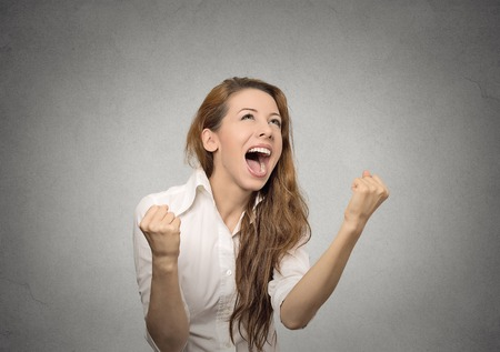 gelukkige vrouw jubelt het pompen vuisten extatische viert succes