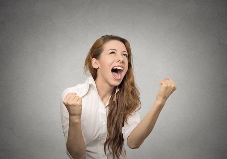 expresion corporal: mujer feliz se regocija puños de bombeo extático celebra el éxito