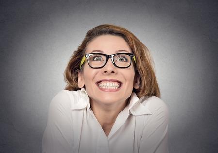 super enthousiast funky meisje op zoek up op een grijze muur achtergrond Stockfoto