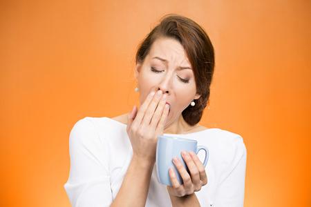 no pase: Retrato muy cansado ca�da mujer dormida gui�ada empleado que sostiene la taza de caf� que lucha no estrellan mantenerse despierto mantener los ojos abiertos aislado fondo naranja. Expresi�n de la cara humana, sintiendo la emoci�n de reacci�n