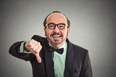 sarc�stico: Retrato del primer sarc�sticos edad pulgares hombre mostrando medias abajo firman gesto de la mano feliz a alguien hecha error perdi� aislado fondo de la pared gris fallado.