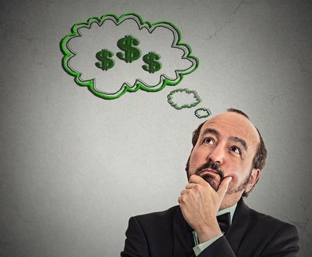 people thinking: headshot hombre so�ando dinero �xito financiero aisl� el fondo gris de la pared