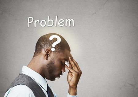 percepci�n: Vista lateral retrato joven hombre de negocios desconcertado pensando resolver problemas dedos en la frente mirando hacia abajo signo de interrogaci�n sobre la cabeza aislado pared gris copia espacio de fondo. Percepci�n expresi�n Emoci�n