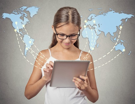 Technologie de communication moderne pad ordinateur mobile high tech, vaste concept de connexion Internet. Fille tenant portable pc internet de la navigation connectée monde dans le monde entier fond de carte. 4g fournisseur de plan de données Banque d'images