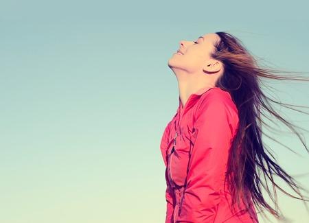 Vrouw die lacht kijken naar de blauwe hemel nemen diep adem vieren vrijheid. Positieve menselijke gevoelens leven perceptie succes vrede mind-concept emotie gezicht uitdrukking. Gratis Gelukkig meisje genieten van de natuur Stockfoto