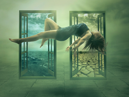 Lévitation portrait jeune femme dans sa maison. Lady fille flottaison dans l'appartement chambre. Astral méditation mystique de l'état de la psychokinèse d'état de l'enlèvement de Voyage. Spectacle énergie magique Illusion humaine Banque d'images - 33980171