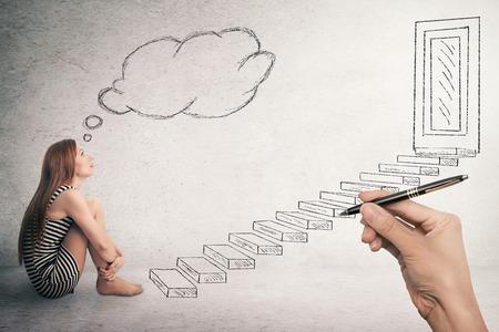 Junge Frau sitzt vor einem Leiter Treppen, die zu geschlossenen Corporate Bürotür Denken. Förderkonzept im Leben Karriere. Gesichtsausdruck Wahrnehmung Vision Herausforderung, Haltung