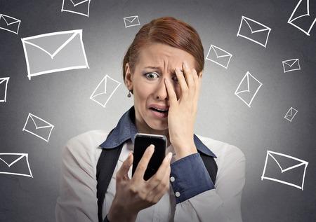 frustrace: Rozrušený zdůraznil žena drží mobil znechucený šokován zprávou získala izolované šedém pozadí. Legrační hledá lidskou tvář výrazem emoce pocit reakce řeč život vnímání těla Reklamní fotografie