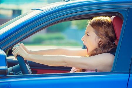 クローズ アップ ウィンドウ サイドビュー積極的な女性が誰かに叫んで車叫びを運転分離トラフィック背景怒って怒って不機嫌。感情的な知性の概 写真素材