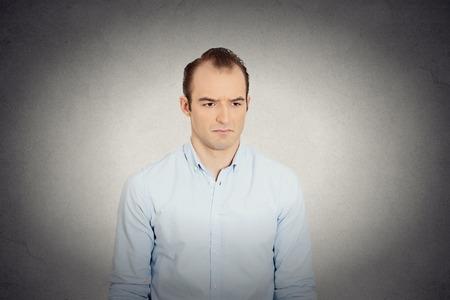 business skeptical: Retrato del primer aislado enojado triste molesto, esc�ptico, gru��n hombre de negocios trabajador empleado fondo de la pared gris. Cara emoci�n expresi�n humana, reacci�n, sentimientos interpersonal resoluci�n de conflictos