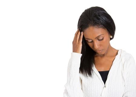 Detailansicht Portrait junge, unglückliche betonte Frau, die unten schaut weg zu denken frustriert Verzweiflung isoliert weißem Hintergrund mit Kopie Raum. Negative menschlichen Emotionen Gesichtsausdruck Gefühl Wahrnehmung