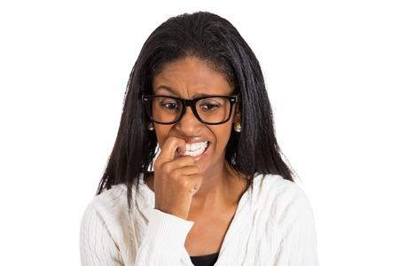 avergonzado: Headshot Retrato del primer mujer nerviosa con gafas mordiendo sus uñas antojo de algo, ansioso fondo blanco, aislado. Emoción humana Negativo expresión facial lengua sensación de cuerpo