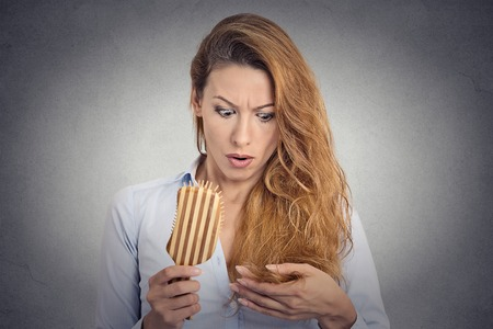 cabello: Peinarse sorprendido Retrato mujer enojada que est� perdiendo el pelo, rayita del retroceso. Emoci�n expresi�n facial