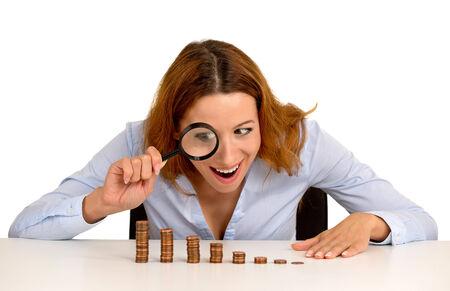 multiplicar: Retrato del primer emocionada mujer de negocios ejecutivo de Wall Street codicioso mirando creciente pila de monedas a través de aumento fondo blanco vidrio aislado. Expresión de la cara. Economía concepto de banca