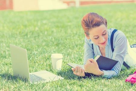 studie: Student studuje v parku. Radostné šťastná mladá dívka student sedět čtení knihy venku na univerzitním kampusu nebo park. Koncepce vzdělávání. Pozitivní výraz tváře