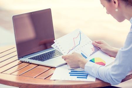 auditoría: Mujer consultor de inversiones empresa analizar declaración balance informe financiero anual de trabajo con documentos gráficos. Mercado de valores, oficina, impuestos, concepto de la educación. Las manos con cartas documentos