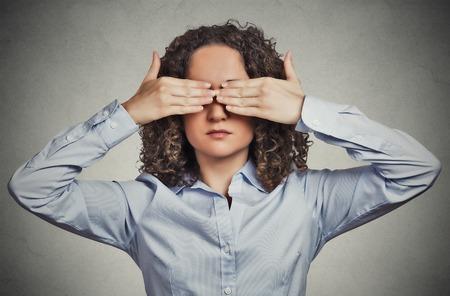 ojos vendados: Headshot Retrato del primer cierre mujer joven que cubre los ojos con las manos, no puedo considerar que oculta evitando situación aislada fondo de la pared gris. No vean el concepto del mal. La emoción humana percepción expresión de la cara