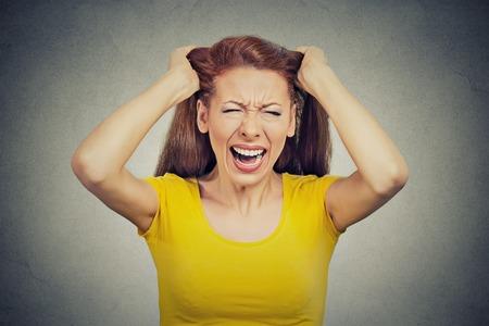 mujer trabajadora: Headshot Retrato del primer subray� joven ama de casa, mujer, empleado, trabajador tener mal d�a demasiadas cosas que hacer aislado cefalea tensional fondo de la pared gris. Rostro humano reacci�n emoci�n expresi�n