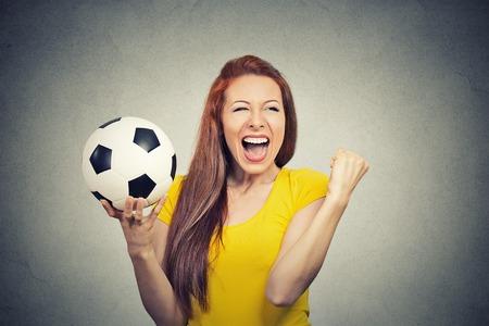 Portrait aufgeregt schreienden Frau feiert Erfolg Team hält Fußball