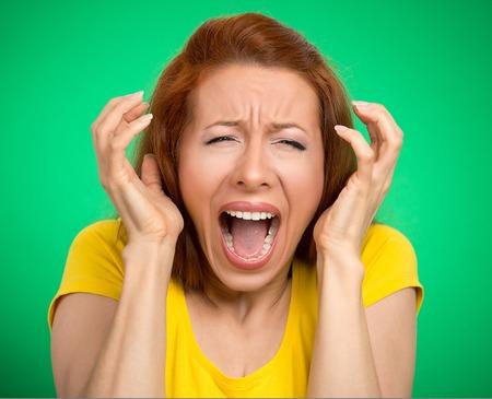boca abierta: Retrato de mujer enojada que grita boca abierta histérica aislado fondo verde. Expresión de la cara emoción humana reacción mala sensación negativa. Concepto conflicto confrontación. Demasiadas cosas que hacer