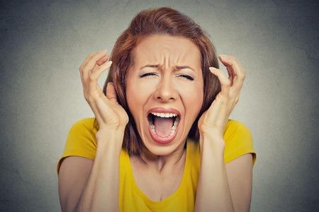 Retrato de mujer enojada que grita boca abierta histérica aislado fondo gris. Expresión de la cara emoción humana reacción mala sensación negativa. Concepto conflicto confrontación. Demasiadas cosas que hacer
