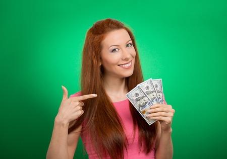 근접 촬영 초상화 슈퍼 행복 흥분된 돈을 들고 성공적인 젊은 비즈니스 여자 달러 지폐 손에 녹색 배경에 고립. 긍정적 인 감정 표정 느낌입니다. 재정