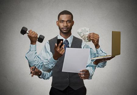 マルチタスク ビジネスの男は灰色の壁の背景に分離しました。会社のマネージャー企業経営者の多忙な生活。多くの用事の概念