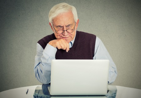 abuelo: Abuelo Confused usando una PC Foto de archivo