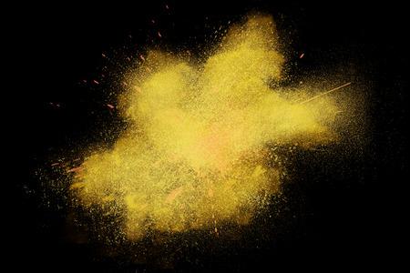 yellow black: Freeze movimiento de polvo amarillo colorido exploding aislado en negro fondo oscuro. Dise�o abstracto de la nube de polvo color. Protector de pantalla part�culas explosi�n, papel pintado, cepillo
