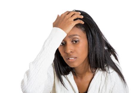 dolor de cabeza: Retrato del primer destac� la mujer de mediana edad con dolor de cabeza sosteniendo la cabeza Foto de archivo