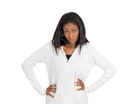 lenguaje corporal: Indignado mujer de mediana edad con mala actitud aislada en el fondo blanco