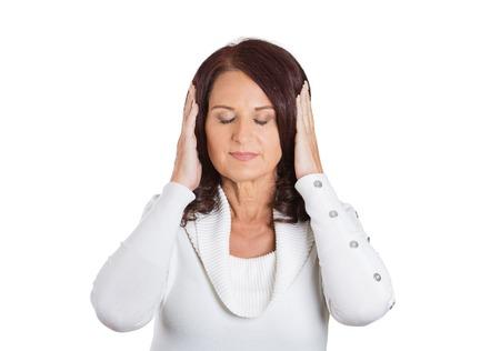 paz interior: Retrato del primer mujer que cubre pacíficos oídos. Expresión facial