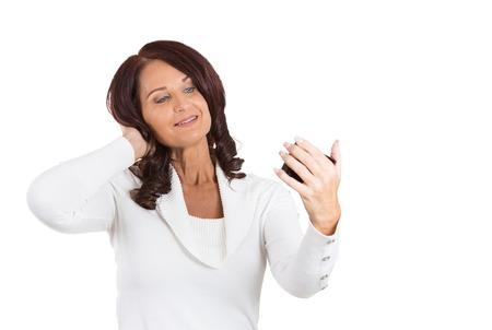 snobby: ritratto bella donna, signora, controllo, guardando ammirando il suo viso, i capelli nello specchio tasca anteriore