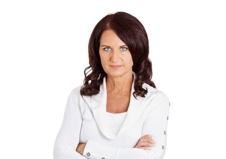 Retrato malestar infeliz serio mujer de mediana edad con los brazos cruzados aislados sobre fondo blanco