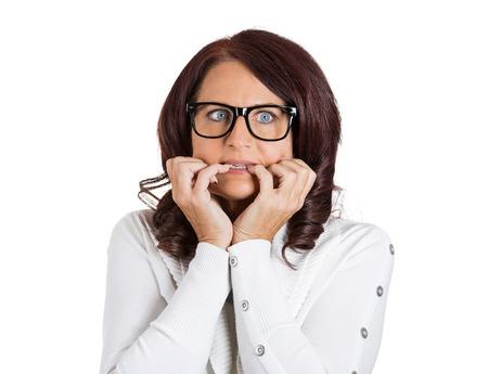 damas antiguas: Retrato Headshot del primer infeliz mujer asustada ansiosa con gafas. Morderse las u�as femeninas que buscan con ansia, la envidia por algo preocupante aislado sobre fondo blanco. Cara humana emociones de la expresi�n