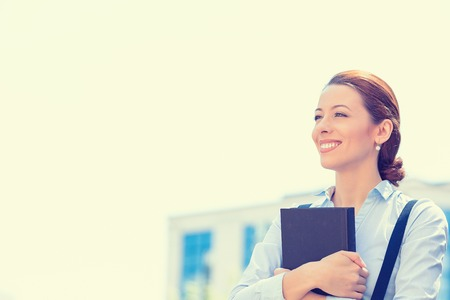 student: Primer retrato, profesional joven y hermosa empresaria conf�a en camisa azul sonriente aislados fondo al aire libre de la ciudad. Emociones humanas positivas, las expresiones faciales, la percepci�n vida