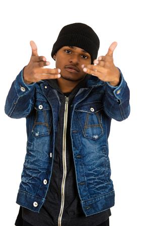 garcon africain: Portrait Gros plan beau jeune homme, posant mannequin, vêtu d'un jean, coton ouaté isolé sur fond blanc. Expressions de visage humain, la confiance langage du corps, de la culture moderne des jeunes
