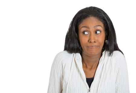 expresion corporal: mujer de mediana edad se encoge de hombros que no conozco aislado sobre fondo blanco. Las emociones humanas negativas, la expresión facial lenguaje corporal actitud percepción vida Foto de archivo