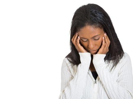 Close up retrato jovem, mulher forçada infeliz olhando longe pensando em desespero frustração isolado fundo branco com espaço da cópia. Emoção humana negativa expressão facial percepção sentimento