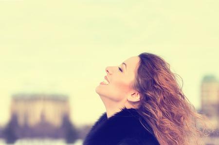 mente: Mujer sonriendo mirando al cielo azul que toma la respiración celebrar la libertad profunda. Positivo concepto de éxito percepción sensación vida mente paz emoción expresión cara humana. Libre chica feliz disfrutando de la naturaleza Foto de archivo