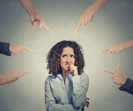 Concetto di denuncia sociale del colpevole imprenditrice molte dita rivolte in isolato su sfondo grigio parete dell'ufficio. Ritratto spaventato ansioso donna imbarazzata unghie graffianti