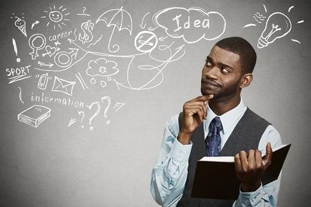persone nere: Ritratto uomo bello con il libro di pensiero sogni ha molte idee guardando isolato sfondo grigio. Positivo umano espressione faccia percezione sentimento emozione vita. Concetto processo decisionale